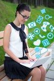 Retrato del adolescente que usa el ordenador portátil con diverso uso Fotografía de archivo libre de regalías