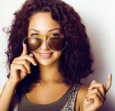 Retrato del adolescente real divertido feliz con las gafas de sol Imagen de archivo
