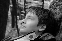 Retrato del adolescente soñador al aire libre Fotos de archivo