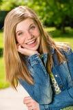 Retrato del adolescente sonriente afuera Foto de archivo libre de regalías