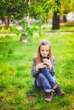 Retrato del adolescente sonriente con el teléfono móvil Imagenes de archivo