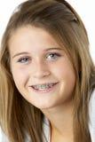 Retrato del adolescente sonriente con las paréntesis Foto de archivo libre de regalías