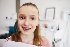 Retrato del adolescente sonriente con las par?ntesis fotos de archivo libres de regalías
