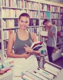 Retrato del adolescente sonriente de la muchacha que sostiene los nuevos libros Imagenes de archivo