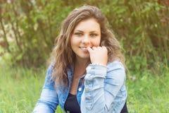 Retrato del adolescente sonriente de seducción Foto de archivo