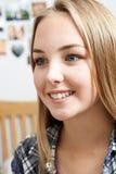 Retrato del adolescente sonriente en casa Foto de archivo libre de regalías