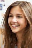 Retrato del adolescente sonriente en casa Fotografía de archivo