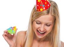Retrato del adolescente sonriente en casquillo con el ventilador del cuerno del partido Foto de archivo libre de regalías