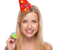 Retrato del adolescente sonriente en ventilador del cuerno del partido del casquillo Imágenes de archivo libres de regalías