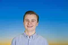 Retrato del adolescente sonriente lindo Imágenes de archivo libres de regalías