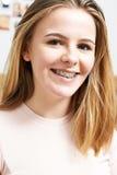 Retrato del adolescente sonriente que lleva apoyos dentales Imagenes de archivo