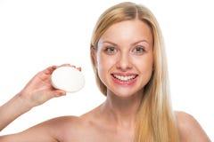 Retrato del adolescente sonriente que muestra la barra del jabón Fotos de archivo libres de regalías