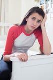 Retrato del adolescente subrayado en dormitorio Foto de archivo libre de regalías