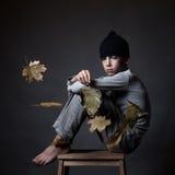 Retrato del adolescente triste en fondo gris, Imagen de archivo libre de regalías