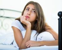 Retrato del adolescente triste en la cama casera Fotos de archivo libres de regalías