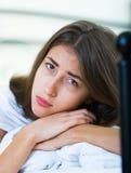 Retrato del adolescente triste en la cama casera Imagen de archivo libre de regalías