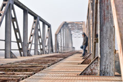 Retrato del adolescente triste en la depresión que se sienta en el puente en Fotos de archivo libres de regalías