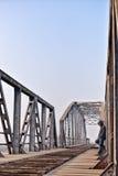 Retrato del adolescente triste en la depresión que se sienta en el puente en Imagen de archivo libre de regalías