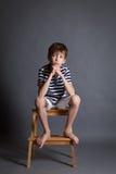 Retrato del adolescente triste pensativo serio en silla Imágenes de archivo libres de regalías
