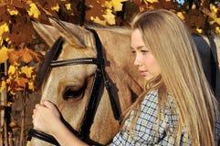 Retrato del adolescente y del caballo Foto de archivo libre de regalías