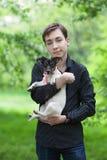 Retrato del adolescente y del perro felices hermosos Jack Russell Foto de archivo libre de regalías