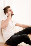 Retrato del adulto joven usando el teléfono Imágenes de archivo libres de regalías