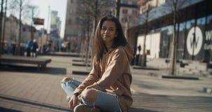 Retrato del afroamericano joven que espera alguien, al aire libre Imagenes de archivo