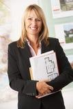 Retrato del agente de la propiedad inmobiliaria de sexo femenino en oficina Imágenes de archivo libres de regalías