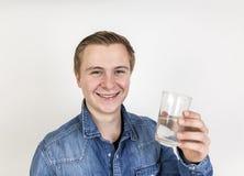 Retrato del agua potable del adolescente lindo Fotos de archivo