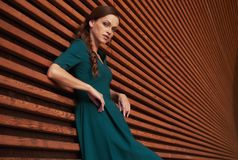 Retrato del aire libre de una mujer de moda fotografía de archivo libre de regalías