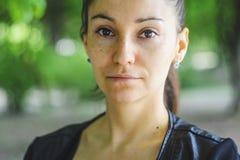 Retrato del aire libre de una mujer de ojos marrones hermosa foto de archivo