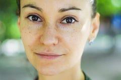Retrato del aire libre de una mujer de ojos marrones hermosa foto de archivo libre de regalías