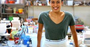 Retrato del alfarero de sexo femenino 4k sonriente metrajes