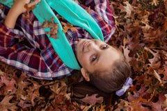 Retrato del alto ángulo de la muchacha sonriente que miente en el parque Imagen de archivo
