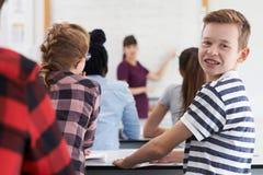 Retrato del alumno adolescente masculino en clase Fotografía de archivo