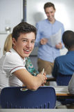 Retrato del alumno adolescente masculino en clase Fotos de archivo