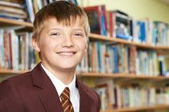 Retrato del alumno masculino de la escuela primaria en uniforme fotografía de archivo