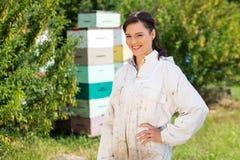 Retrato del apicultor de sexo femenino confiado At Apiary Foto de archivo libre de regalías