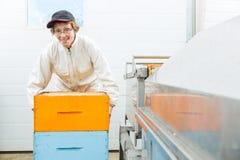 Retrato del apicultor With Honeycomb Crates en Fotos de archivo