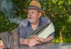 Retrato del apicultor mayor barbudo positivo del hombre Fotografía de archivo libre de regalías
