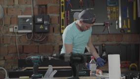 Retrato del artesano en el casquillo implicado en su trabajo Profesi?n del carpintero Concepto de fabricaci?n de la mano metrajes