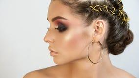 Retrato del artista de maquillaje profesional de la muchacha hermosa de la muchacha fotos de archivo