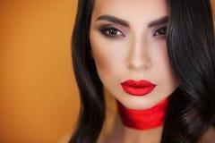 Retrato del artista de maquillaje profesional de la muchacha hermosa de la muchacha imágenes de archivo libres de regalías