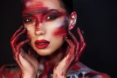 Retrato del artista de maquillaje profesional de la muchacha hermosa fotos de archivo