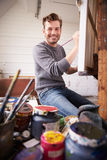 Retrato del artista de sexo masculino Working On Painting en estudio imagen de archivo