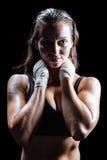 Retrato del atleta atractivo con las manos alrededor del cuello Imágenes de archivo libres de regalías