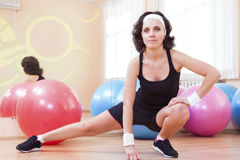 Retrato del atleta caucásico de sexo femenino In Good Fit que presenta contra Fitballs Fotografía de archivo