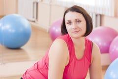 Retrato del atleta caucásico de sexo femenino In Good Fit que se sienta en Fitballs grande Fotos de archivo libres de regalías