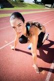 Retrato del atleta de sexo femenino en listo a la posición de funcionamiento Fotos de archivo