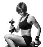 Retrato del atleta de sexo femenino joven del pelirrojo que sienta y que sostiene dum Imagen de archivo libre de regalías